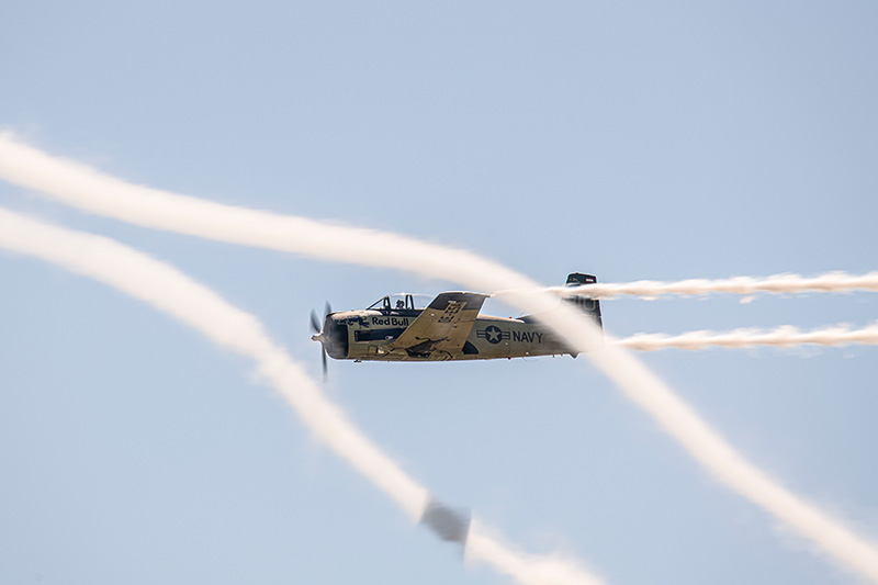 Sigi Angerer in和他的1,425馬力T-28B特洛伊訓練機。