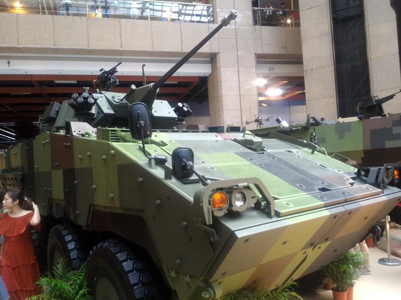 搭載台灣研發之30mm鏈砲之雲豹二代甲車。