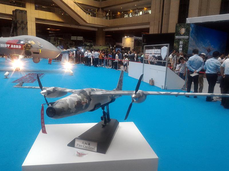 同為首度亮相之火紅雀小型無人機。(此為初步原型之模型)