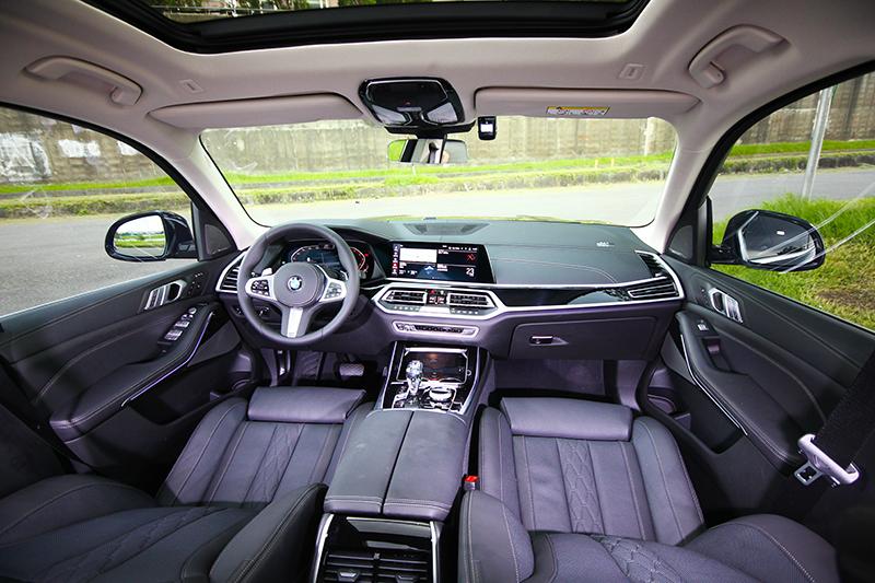 先前試駕M850i時便認為座艙已相當高級,但當進入X7車內其格局鋪陳又讓我再一次感到驚艷,真皮儀表平台、高光澤透亮鋼琴烤漆飾板等,其尊貴奢華氛圍讓人彷彿置身在皇宮般尊榮,Merino頂級皮革鋪陳與六人座配置(選配),全數電動調整、五區恆溫空調與功能多到讓人眼花撩亂的多媒體系統,更是營造出極佳的舒適感受,而水晶排檔套件俐落切面與晶瑩剔透,更是將X7座艙攀上頂峰的重要推手。至於乘座空間部分,絕對是X7