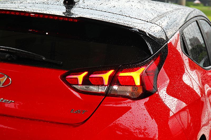 箭矢型尾燈與更高調的下擾流飾板,讓Veloster車尾比車頭更狂野。
