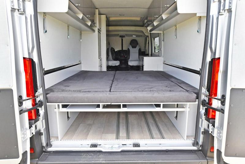 移出乘載車輛後放下兩邊的床板就可成為一張雙人床。
