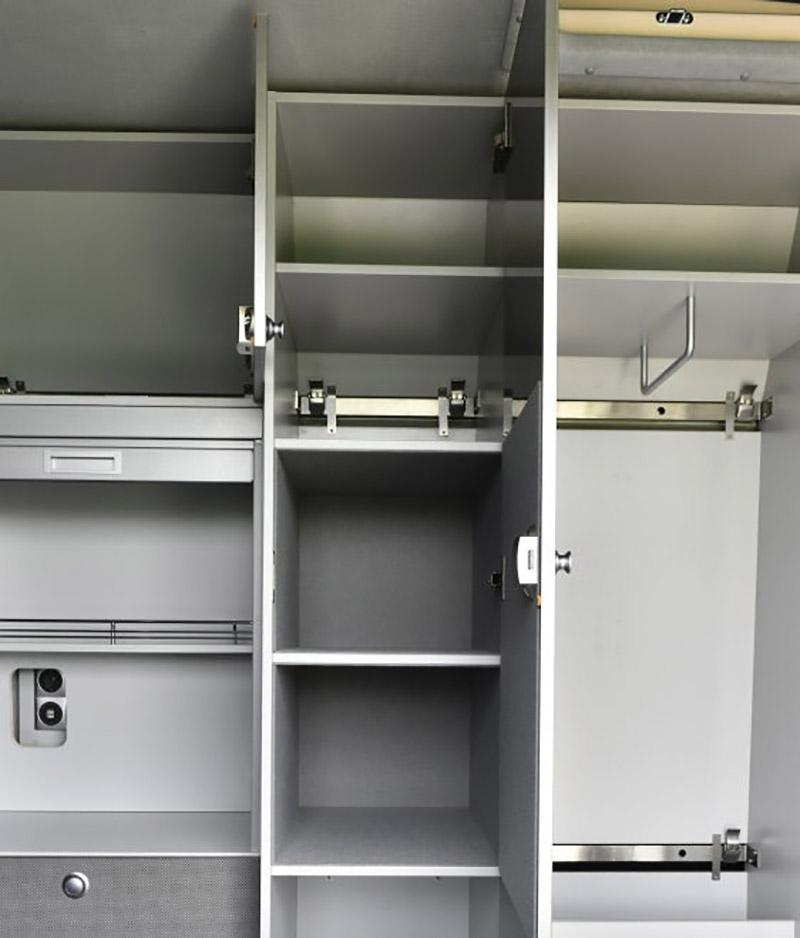兩側的置物空間可放置個人裝備與工具。