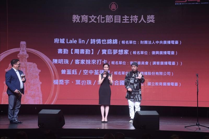 陳明珠(左)發表入圍感言,阿達(右)以手語同步翻譯