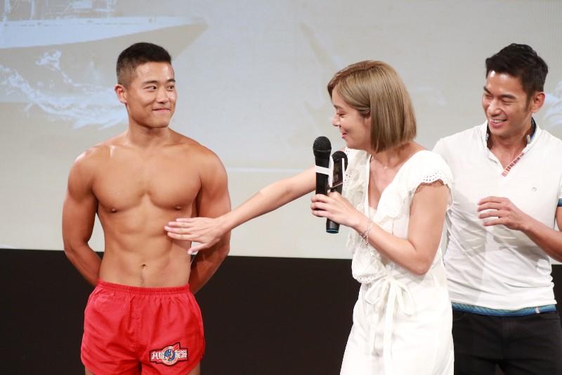 莎莎(中)要摸海龍蛙兵(左)胸肌