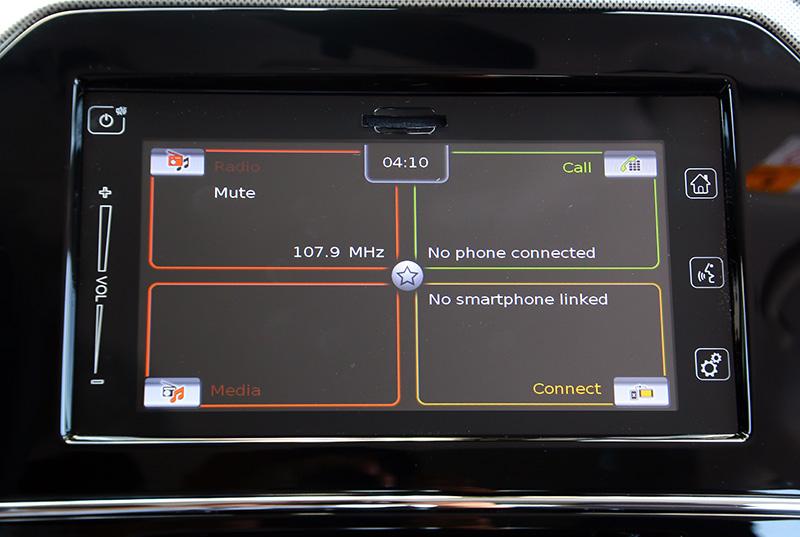 選配的多功能資訊系統具備觸控螢幕,多媒體、通訊與倒車顯影、智慧裝置連接功能,為無中文介面稍顯可惜。