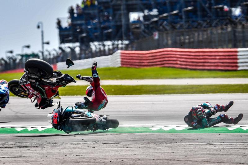 Quartararo不慎發生轉倒還害了Dovizioso撞上摔車。