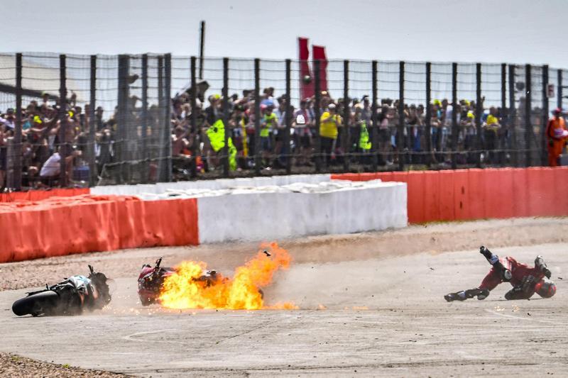 Dovizioso這一撞不僅人滾了好幾圈,車輛也因此起火燃燒。