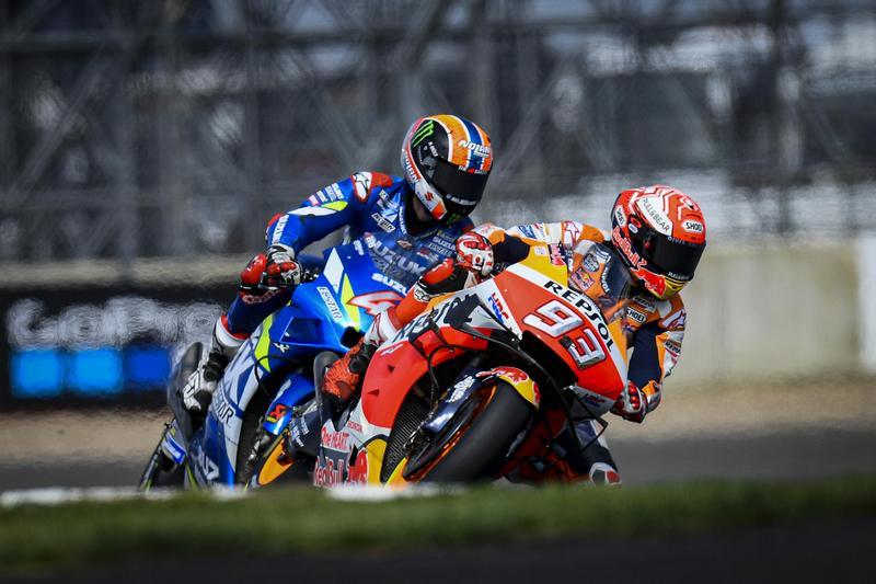 Rins與Marquez整場看似緊張但卻相當和平,直到最後一彎Rins才將其超越。