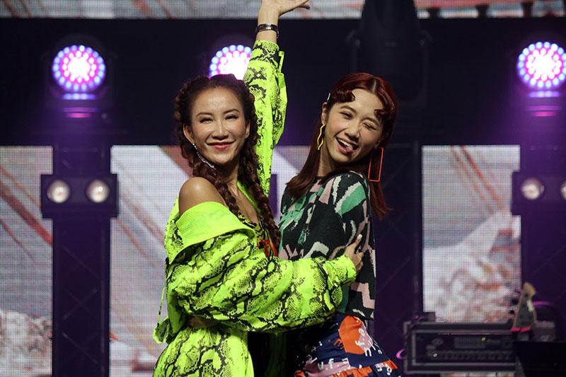 身為鐵粉的Lulu(右)開心與偶像李玟(左)合影