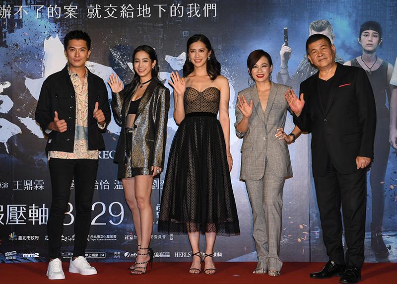 (左起)邱澤、温貞菱、劉奕兒、楊雁雁、澎恰恰