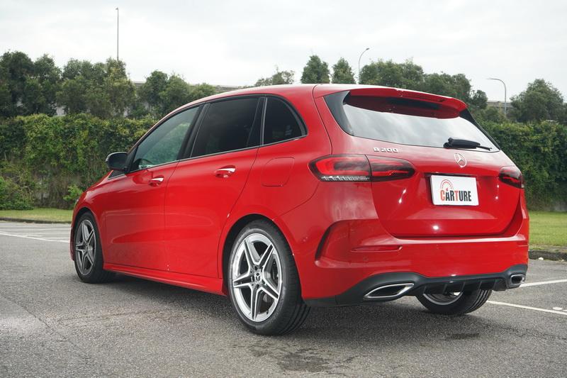 AMG-Line跑車化套件的車尾保桿造型較為動感,且下方為左右雙出排氣管式樣