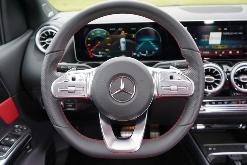 AMG-Line跑車套件不僅將外觀點綴得更為動感,連內裝都置換成跑車化平底式方向盤