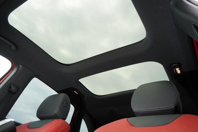 全景式天窗同樣是AMG-Line跑車套件的其中一項