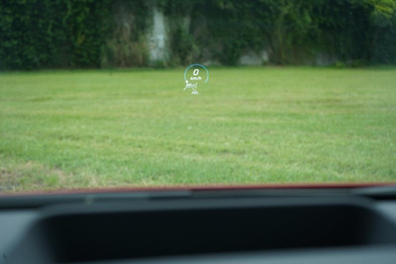 HUD抬頭顯示器畫面大且清晰,對駕駛行車時的幫助頗大