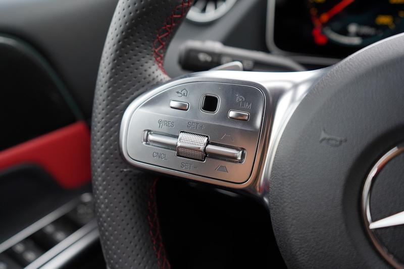 調整車距及車速控制鍵承襲高階車款配置在方向盤左側的設計