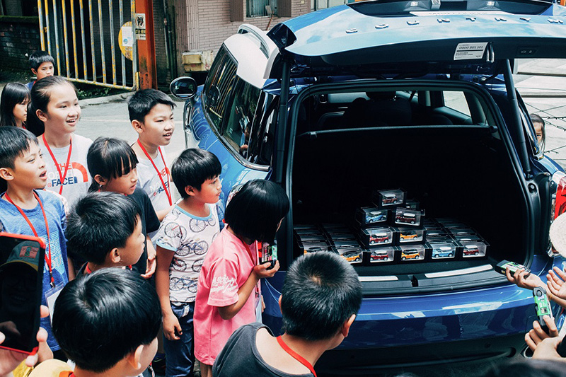小朋友排隊領取Mini模型車。