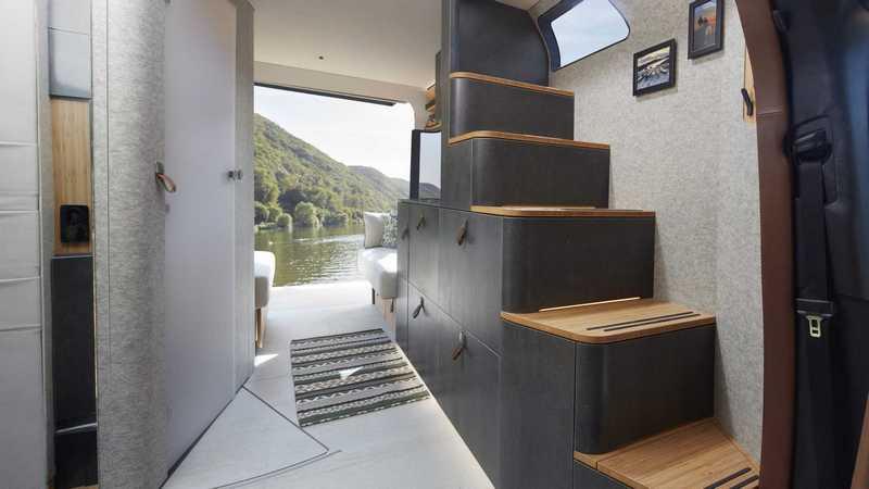 睡鋪安排於上層,並規劃樓梯方便進出。