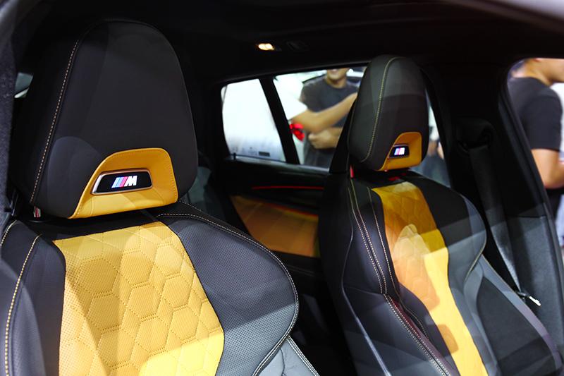 跑車座椅輔以Individual Merino真皮材質,不論視覺或乘坐都獲得滿足。