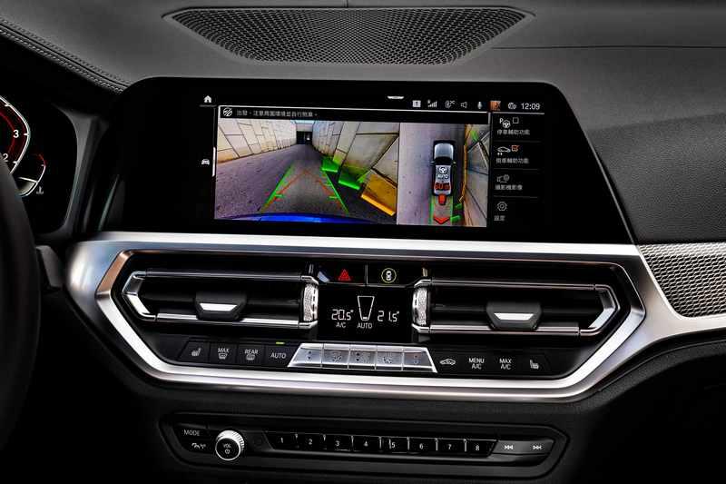 完整配備BMW Personal CoPilot智慧駕駛輔助科技,包括領先業界的自動倒車輔助系統,使您誤入窄巷也能輕鬆脫困。