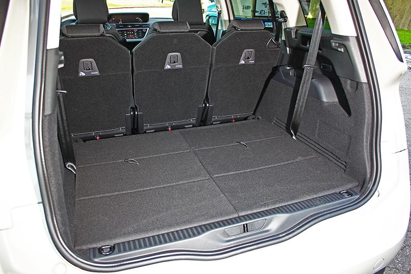 當第三排座椅收折後,計可提供645升行李廂容積,若將第二排也前傾,更能換到2181升誇張空間。
