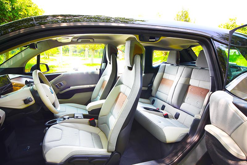 車身尺碼雖然不大,但對開式車門與格局規劃,實際使用空間其實相當充裕。