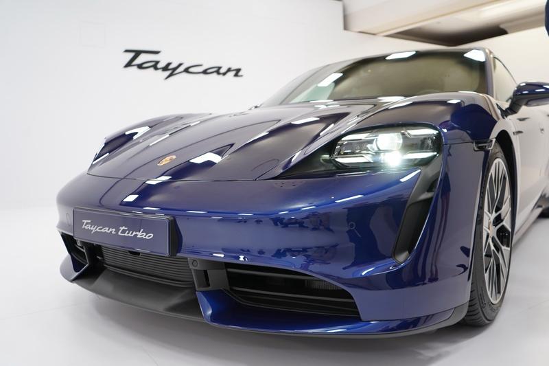 少了內燃引擎限制,傳統引擎蓋的面板能做得更加低斜,兩側圍繞著頭燈的突起鈑件依舊維持著Porsche的經典弧度