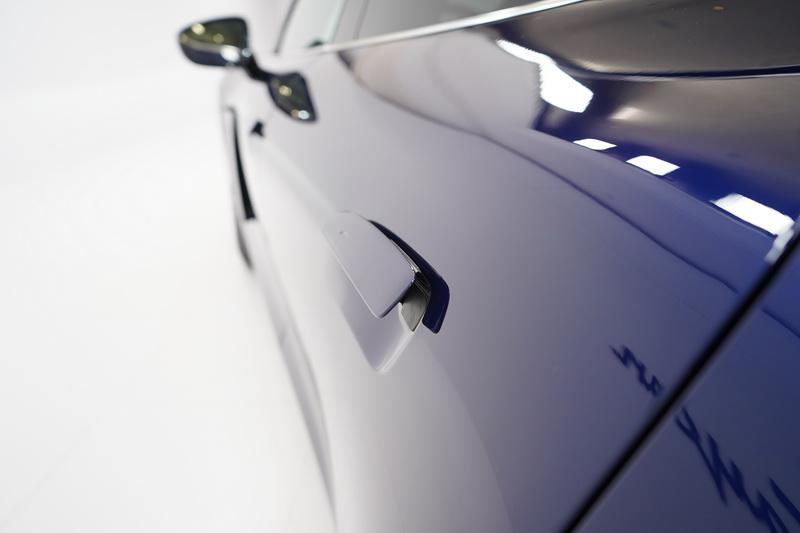 車門把手則與門板齊平,為的是讓側邊線條更為平順,當需要開門時會自動彈出