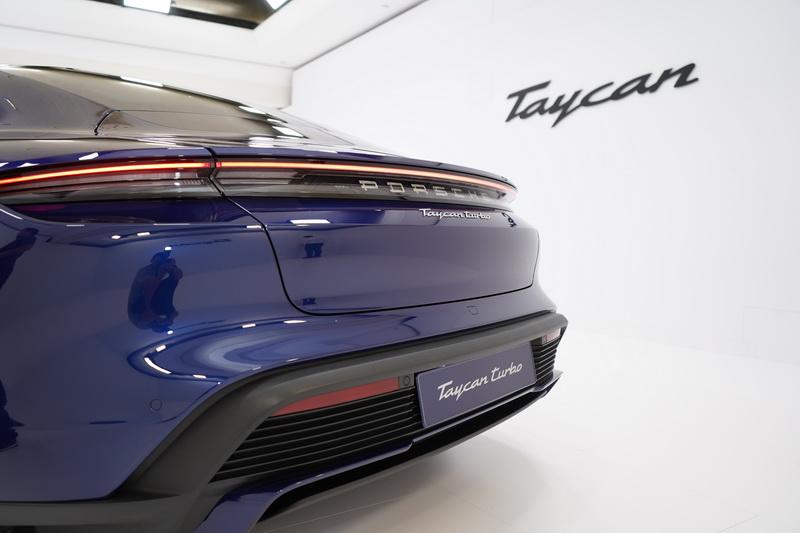 傾斜的C柱車頂搭配寬大的翼面肩線刻畫出Porsche經典的寬闊尾部