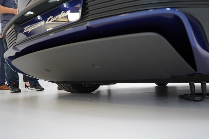 由於無須顧慮排氣系統,車底盤能設計得極為平整
