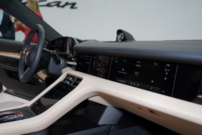 內裝風格延續初代911的簡潔設計,清楚的分區及駕駛導向設計再再凸顯出Porsche駕馭至上的品牌核心