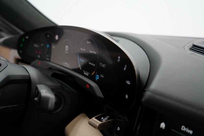 駕駛座儀表採突破性的曲面螢幕建構,為的是提供駕駛在任何狀態下皆能獲得絕佳的視角