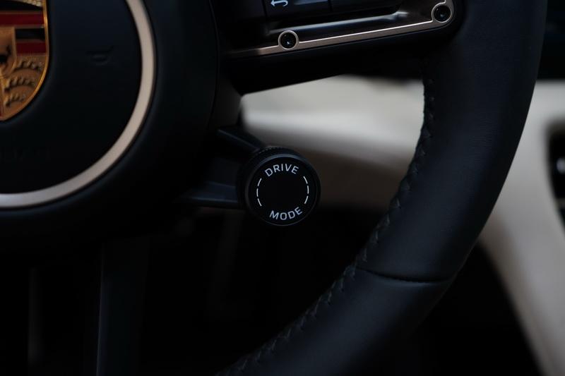 方向盤右下角同樣備有模式調整旋鈕,想調整車輛設定時不必再低頭找尋