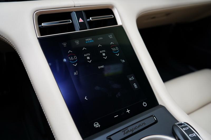 中央鞍座的空調介面被觸控螢幕取代,並帶有觸覺回饋功能