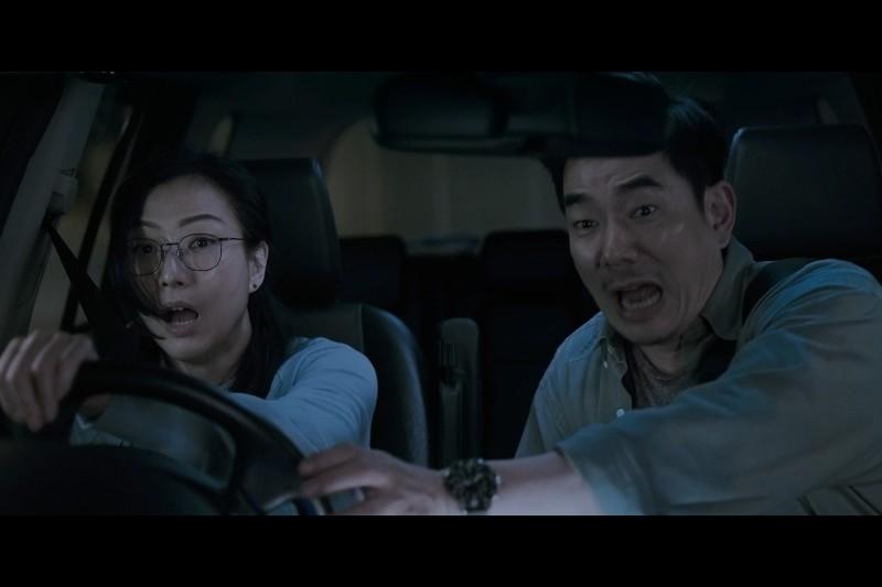 鄭秀文(左)傻氣開車差點衝入海,任賢齊(右)嚇出冷汗