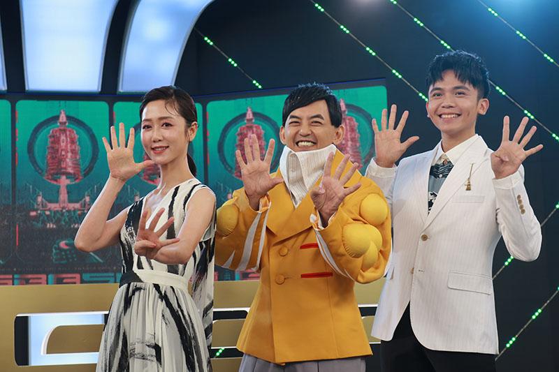 「第54屆電視金鐘獎」由黃子佼(中)主持,而星光大道則由黃豪平(左)與瑪麗(右)攜手主持。