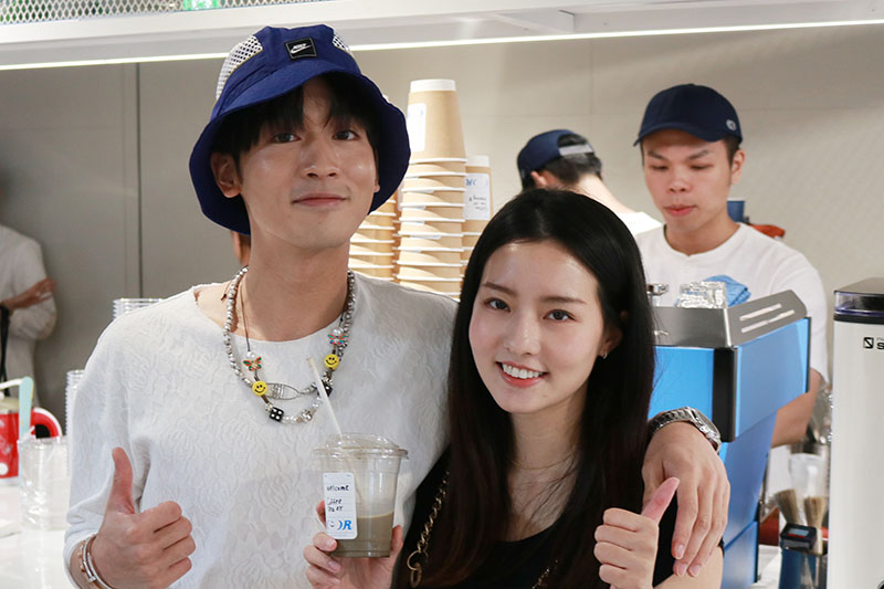 小樂吳思賢(左)飲品概念店「COFFEE.TEA.OR」開幕,陳語安(右)現身祝賀