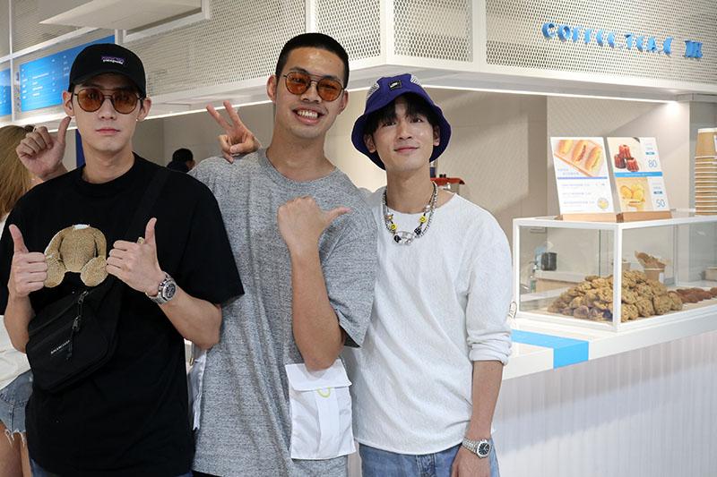 小樂吳思賢(右)飲品概念店「COFFEE.TEA.OR」開幕,李玉璽(左)、陳大天(中)現身祝賀