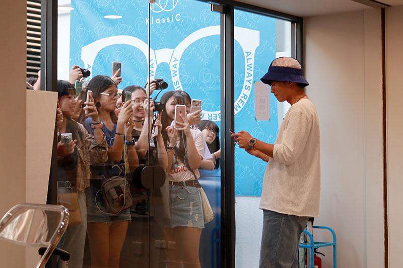 小樂吳思賢(右)飲品概念店「COFFEE.TEA.OR」開幕,許多粉絲前來朝聖。
