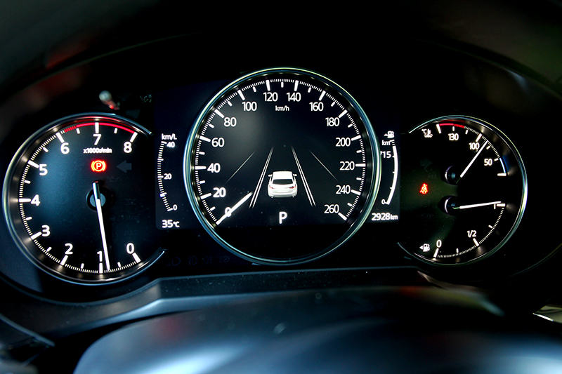 將駕駛儀表改為三圓式設計,讓整體視覺看起來更為簡潔清爽