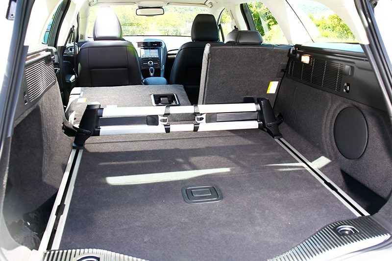 Mondeo Wagon標準車型便已附贈管理套件組,包含有滑軌、掛勾及隔板,對於物品置放與管理有相當大的助益