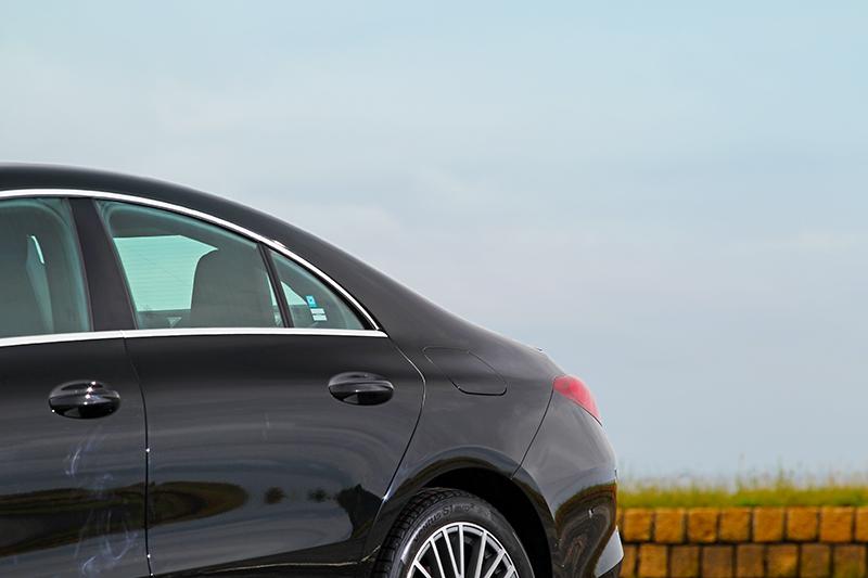 B柱後明顯下壓的車頂線條一路延伸至尾廂微幅上揚的小鴨尾