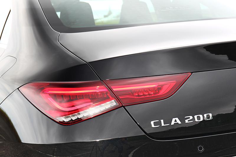 尾燈延續CLS那由外向內編縮的風格,每個折角皆以硬折線的方式凸顯出銳利的視覺感