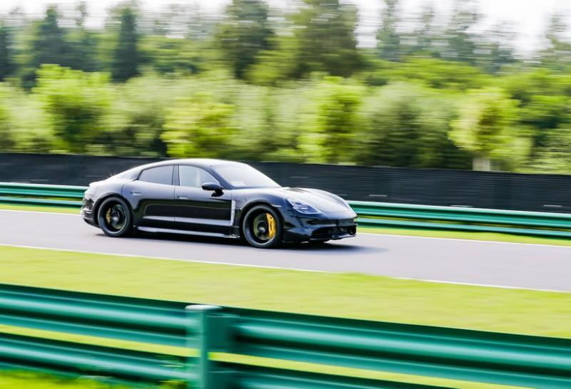 Taycan Turbo上可於3.2秒從0加速至100 km/h,Taycan Turbo S則再降低為2.8秒