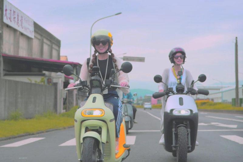 許維芳(左)號召網友騎車環島