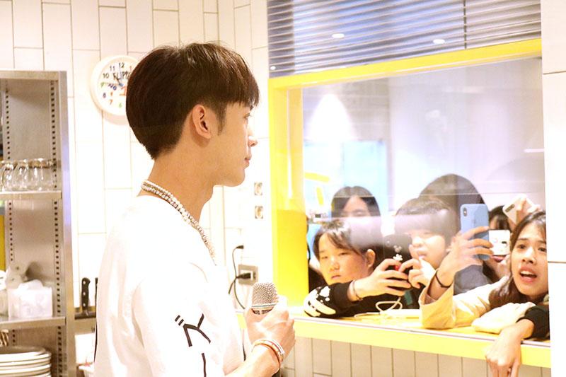小樂吳思賢現身FLIPPER'S快閃體驗製作舒芙蕾,吸引大批粉絲前往一睹偶像風采。