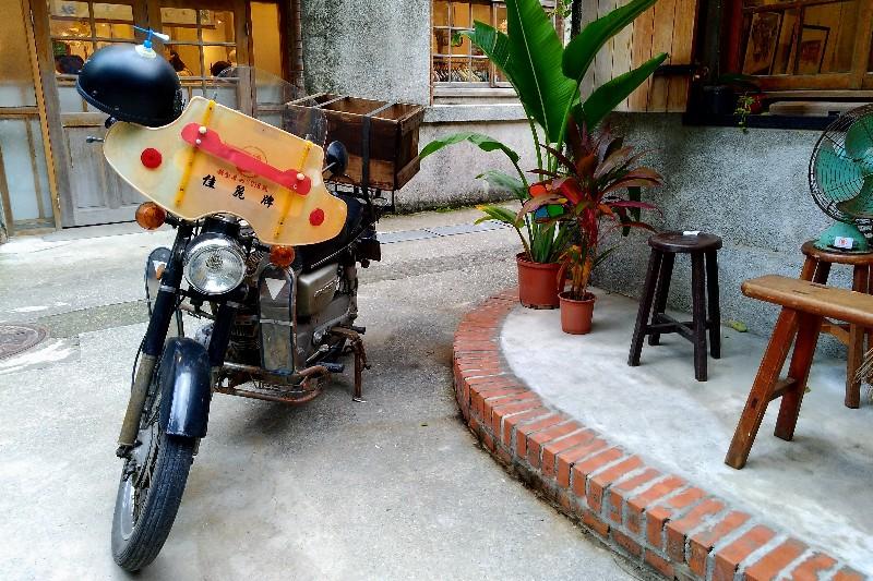 《用九柑仔店》劇中男主角的摩托車