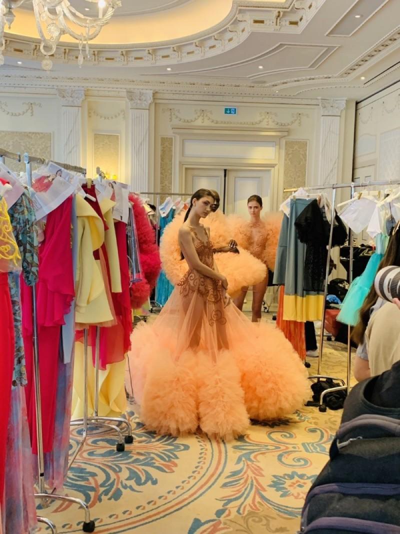 Bartolotta & Martorana 設計師修改內側裙襬蕾絲,讓劉彥順利走秀。/劉彥提供
