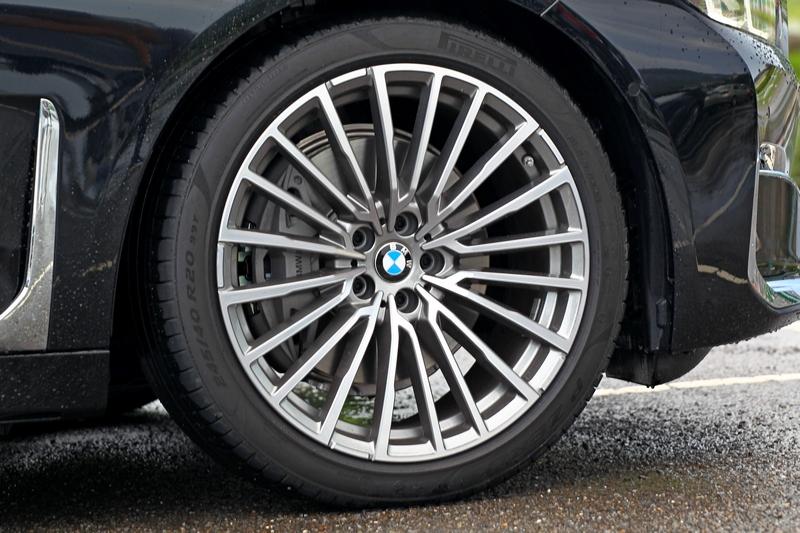 小改740Li將輪圈升級至20吋規格。