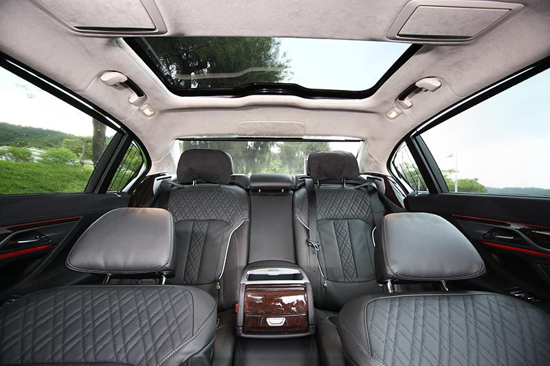 後車窗與後檔都配置遮陽簾,具有私密及遮陽效果。